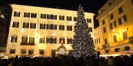 landscape-1480800570-valentino-christmas-tree-lighting-rome-december-1st-2016